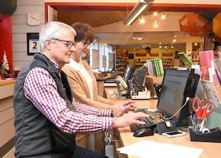Kjetil Fløgstad har drive Sauda Bok & Papirhandel sidan 1986. Trude Småmo har arbeidd i bokhandelen sidan 2008.