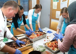 Kilovis med kasserte grønsaker blir raskt til ein velsmakande, omnsbakt rett under kyndig rettleiing. Frå venstre står Frode Selvaag, Martine Morlandstø, Karoline Solaas, Tuva Rosnes og Manal Hwesh Azzo.