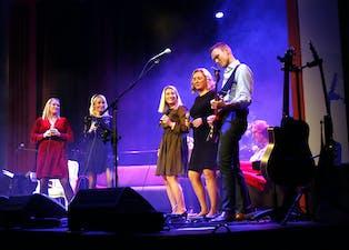 Vokalgruppa Harmoni skal også dette året synga inn jula saman med Saudasvaggane. Frå venstre står Wendy Åbø, Solveig Steinsland, Lillian Nordengen, Camilla Moe og «svagg» Odd Erik Egge.
