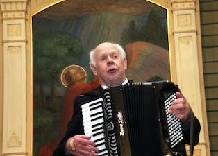 Den 91 år gamle pensjonerte majoren Thorbjørn Vang leia nok ein gong Frelsesarmeen sin julekonsert i Sauda kyrkja – slik som bare han kan.