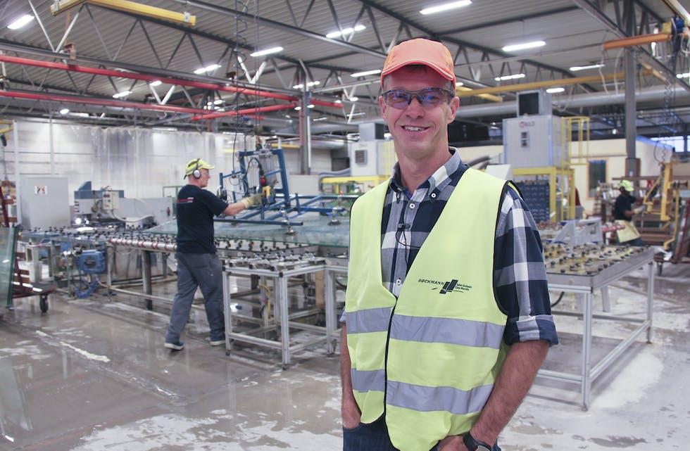 Plassjef Lars Sigve Søndenå ved nyoppretta SI-Glass i Saudasjøen har all grunn til å smile. Arbeidsplassane og vidare drift er berga.