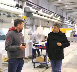 Det er kapasitet nok i Sauda, meiner Sauda Vekst-leiar Inge Løyning, her i samtale med styreformann i Northern Punching Eigedom, Steinar Enlid. Også i det 3900 kvadratmeter store industribygget i Nesøyra 16 er det plass til fleire, opplyser dei.