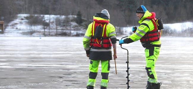 Oppsynsmann John Ola Espevik (til høgre) måler isen på Rødstjødna saman med Ole Henrik Birkeland. Kommunen har tidligare ikkje tatt målingar i andre vatn enn vatna knytt til Andedammen i sentrum.
