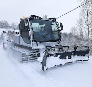 Skisesongen er for alvor i gang i Slettedalen. Søndag blei det for første gong denne vinteren kjørt spor fra Minnehaugen til Berdalen.