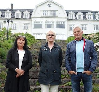 """Var det ein oberst som tok sitt eige liv på Sauda Fjordhotell, og som seinare har gått igjen som eit spøkelse? """"Åndenes makt"""" vore på spøkelsesjakt i Sauda Fjordhotell, der programleiar Tom Strømnæss hadde med seg Lena Ranehag (i midten), som hevdar ho er klarsynt. Hotelldirektør Brit Elise Urheim innrømmer ho var skeptisk i starten."""