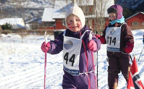 Brakamoenbarna Olava Tjelflåt Hillestad (fremst) og Milene Espevik i fint driv under Brakamoenrennet tysdag.
