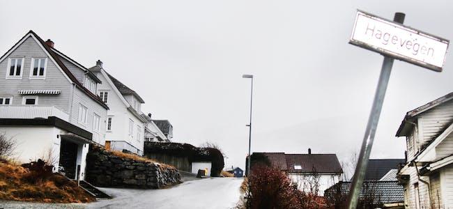 Eigaren av det kvite bustadhuset (i midten) ville helst hatt garasjen heilt inntil den kommunale vegen forbi eigedommen, men har fått dispensasjon til å bygga han éin meter frå asfaltkanten. Foto: Ingvil Bakka.