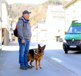 Det er ikkje lett for førarhunden Lara å hjelpe blinde Anders Slagstad Tveit til fotgjengarfelt, når sebrastripene i vegen ikkje lenger er synleg.