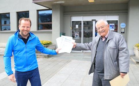 Saudabuen engasjerer seg i hurtigbåtsaka, noko dei 1041 underskriftene Thormod Gilje tysdag kunne overrekka ordførar Asbjørn Birkeland er synleg bevis på.