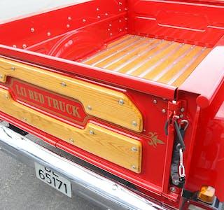Treverket rundt lasteplanet er ekte amerikansk redwood, og har vore på bilen frå produksjonen i 1979.