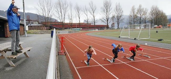 Marit Iversflaten Sivle, Erle Vatne, Hanna Rolfsen fekk starthjelp frå autorisert startar Rolf Haugsvær under det lokale friidrettsstemnet på Sauda stadion fredag og laurdag.