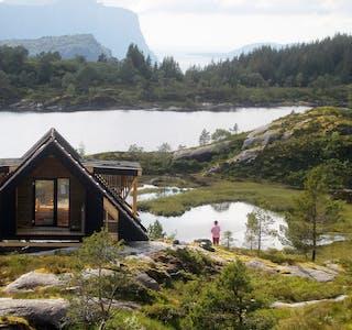 Alle hyttene i Dagsturhyttprosjektet har felles design og er på 15 kvadratmeter innvendig, med ei enkel utforming med éi dør og vindauger. Bildet er frå hytta på Hyllestad.