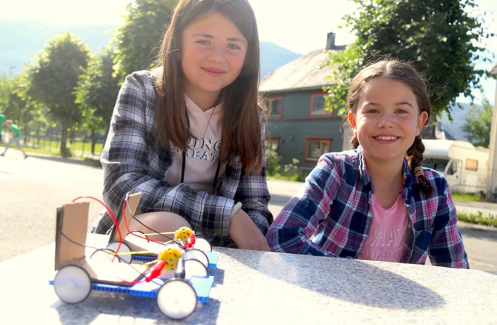 Lotte Selfors Espevik (11) og Valentina H. Guindani (9) er ute for å gjere den første testen av sine eigenproduserte solcellebilar.