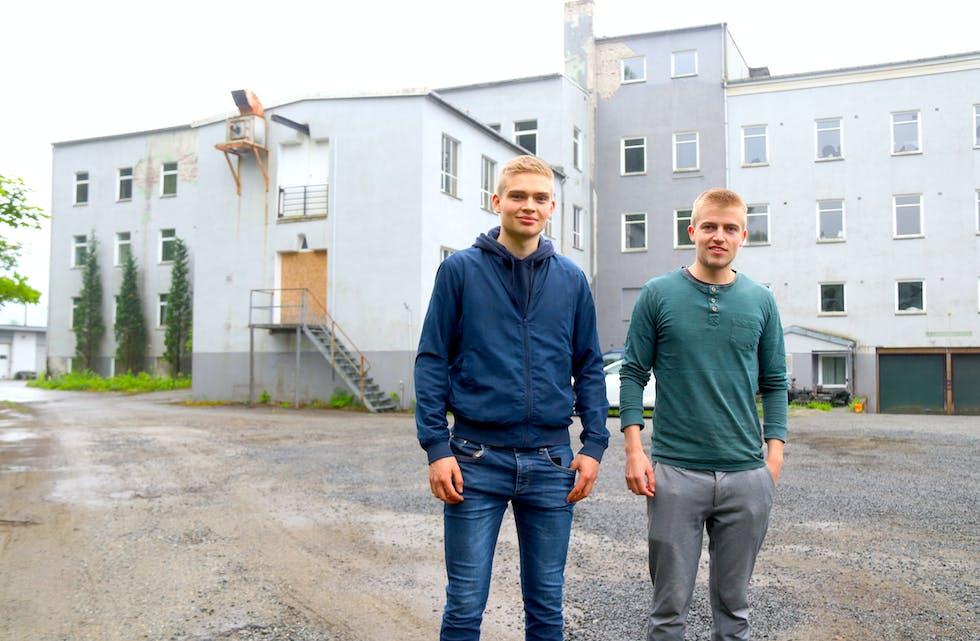 Trass i ung alder og travle studiar, tar no brørne Ragnvald ( til venstre) og Reidar Selvik fatt på sitt tredje eigedomsprosjekt, nemleg den gamle yrkesskulen i Saudasjøen.