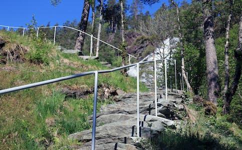 Denne sommaren får besøkande ved Svandalsfossen eit nytt, solid rekkverk å støtta seg på.