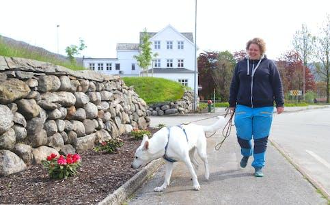 Dei er ivrige turgåarar, Marianne Teoline Aartun og Bie. Som regel nyttar dei sjansen til å plukke med seg litt søppel langs vegane dei går.