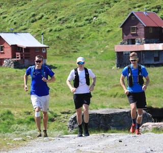 Atle Mehus, Finn Isaksen og Jonas Listøl hadde ennå krefter til å småjogga dei siste metrane av den 115 kilometer lange kraftprøven i saudafjella.