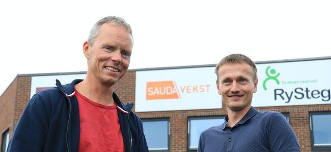 Styreleiar Svein Ilstad (til venstre) og nestleiar i styret Amund Fattnes i Sauda Vekst AS fortel at det lokale næringsselskapet er i ferd med å legga om kursen. Snart blir stillinga som dagleg leiar i lyst ut.