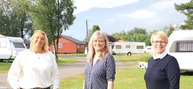 Etter 15 år som campingdrivar er det i år slutt for Aud Hege Jørgensen Hebnes (til høgre). To familiar, opprinneleg frå Tyskland, overtar nå drifta, representert ved frå venstre Jeanette Schlage og Petra Widorski-Kitzmann.