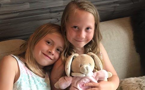 Vida-Mari van Niekerk og Ingrid Alvilde Kollerud-Hval (til høgre) var glade for at kosedyret Trampe endeleg er tilbake med familien sin.