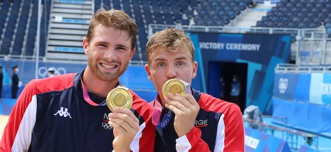 Anders Mol (til venstre) og Christian Sørum har vore ranka som verdens beste sandvolleyballpar sidan august 2018. Laurdag tok dei OL-gull.