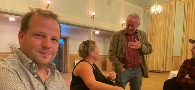 Asbjørn Birkeland (Sp) er glad for partiets framgang, her under valvaken på Sauda Klubb. Hallgeir Amdal (Ap) og Siv Hege Lund (Ap) diskuterer valresultata i bakgrunnen.