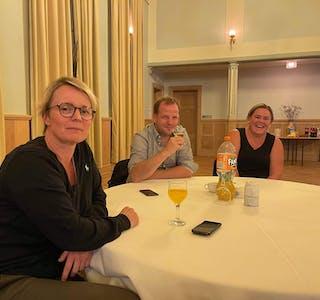 Aud Hege Jørgensen Hebnes (H) må jobbe fram smilet undre valvaken i Sauda Klubb. For Asbjørn Birkeland (Sp) og Siv Hege Lund (Ap) kjem smilet av seg sjølv.