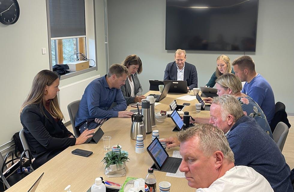Formannskapet med møtesekretær Solfrid Handeland og rådmann Rune Kloster Tvedt. Slik stemte dei: Silje Eriksen (nei), Kristian Landro (ja), Sigrid B. Fatnes (nei), Vegard B. Rød (nei), Siv Hege Lund (nei), Hallgeir Amdal (nei) og Knut Morten Ask (ja). Møtet blei halde i tredje etasje i sjukehusbygget.