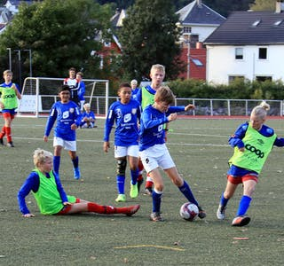 Sondre Nilsen Nordvik viste gode tekniske ferdigheiter og var ein vrien motspelar for Stegaberg-laget. Christian Luis Dolmen og Olvar Jakobsson følger spent med på dribleraidet til lagkameraten.