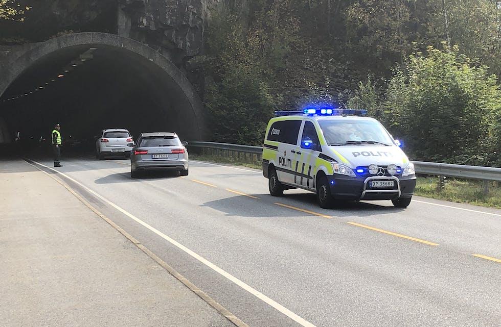 Det er mykje trafikk ved Nestunnelen, nå fredag klokka 13. Politiet dirigerer trafikken gjennom tunnelen.