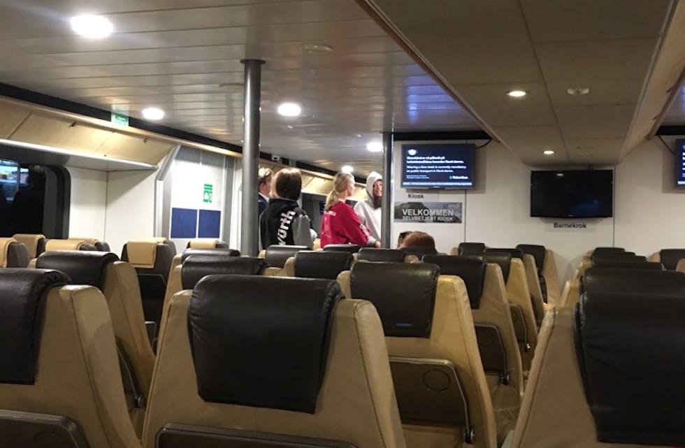 Ingen drama om bord. Her er passasjerar i kø for å få kaffi. Det kom også brannmannskap om bord for å sjå til at alt var i orden.