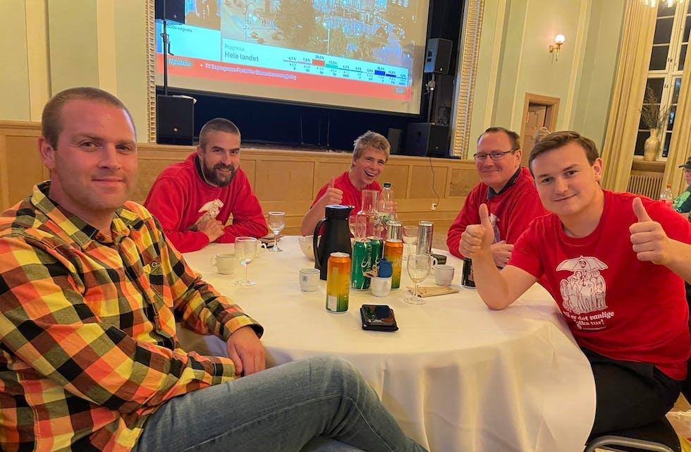Lokale Ap-folk frå både Sauda og Suldal på valvake på Sauda Klubb. Frå venstre: Remy Penev, Stian Ollila, Arin Erikssøn, Morten Bakken og Håvard Handeland.