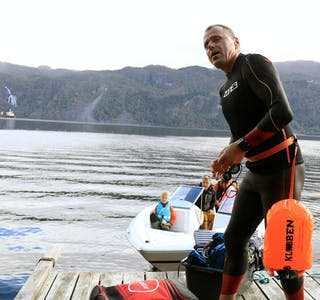 Magne Klementsen klar for å kryssa Saudafjorden for eigen maskin.