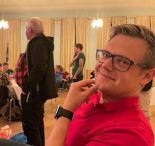 Øyvind Grassdal (SV) er fornøgd kort tid etter klokka 21 valdagen. Per Aksel Birkeland (Sp) og Morten Maldal (Sp) i bakgrunnen følger spent med på storskjermen under valvaken på Sauda Klubb.