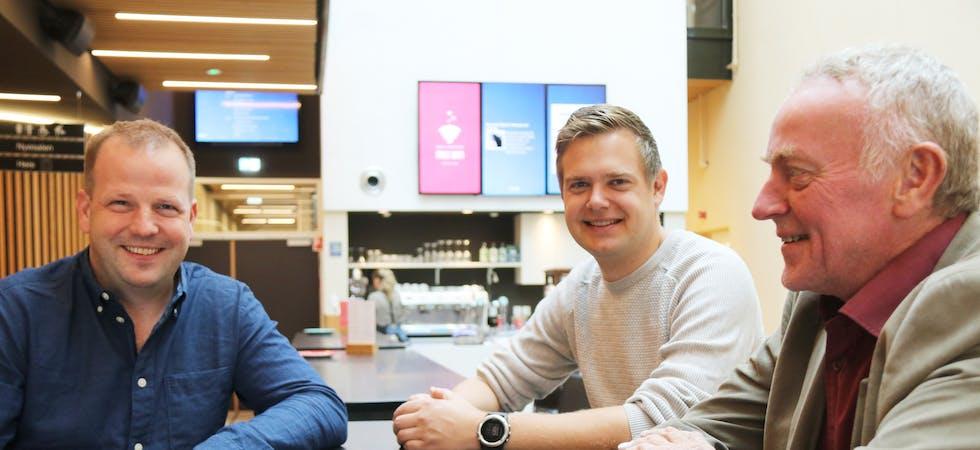 Sps Asbjørn Birkeland (frå venstre), SVs Øyvind Grassdal og Aps Hallgeir Amdal håpar og trur at både dei som politikarar og saudabuen i gata vil merka regjeringsskiftet på fleire vis.