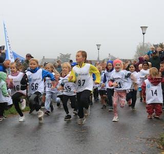 Starten er gått og 40 løparar frå 1. og 2. klasse er i gang med årets terrengløpskarusell.