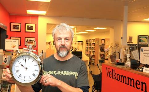 Sveinung Helgesen ved Ryfylkebiblioteket Sauda gler seg til han kan ønska publikum velkommen inn tolv timar i døgnet.