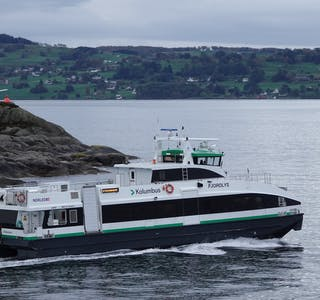 M/S «Fjordlys» fekk skader i framdriftssystemet og i teknisk rom etter grunnstøytinga for snart seks veker sidan.