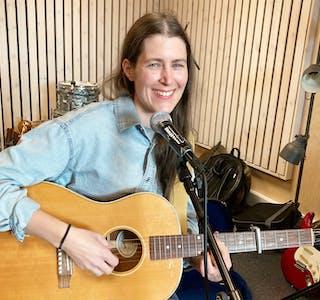 Singer/songwriter Maria Toresen er klar for konsert i Sauda tysdag. Musikken skildrar ho sjølv som melodiøs, nær og akustisk.