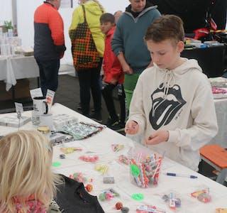 Brian Nygård (11) sel godteri for å spare pengar til datautstyr.