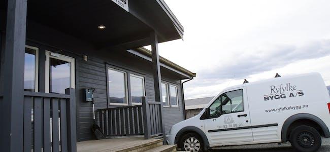 Ryfylke Bygg har gått saman med dei lokale firma Murmester Endre Storli, Murmester Sigmund Årdal og firmaet Olav Oustad, som når er ein del av firmaet Endre Storli, om den byggmessige delen av rådhusoppussinga.